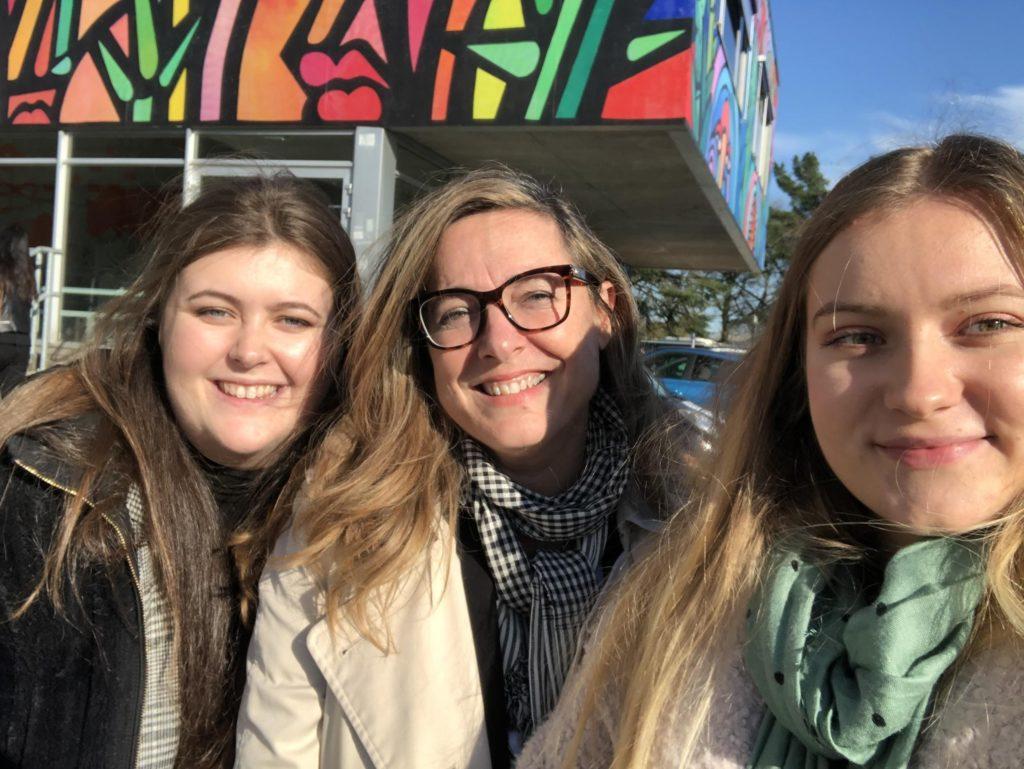 Nathalie Bloch-Marlet et deux étudiantes se rencontrent