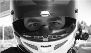 image d'un motard revêtant son casque