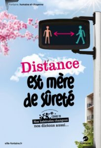Affiche avec slogan : distance est mère de sûreté