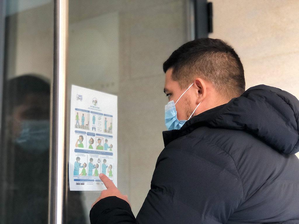etudiant qui regarde une affiche avec des graphique pour produire un message universel