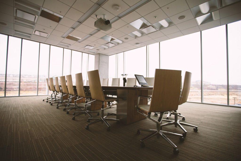 photographie d'un bureau d'entreprise, les chaises sont toutes vides pour représeter l'absence des salariés